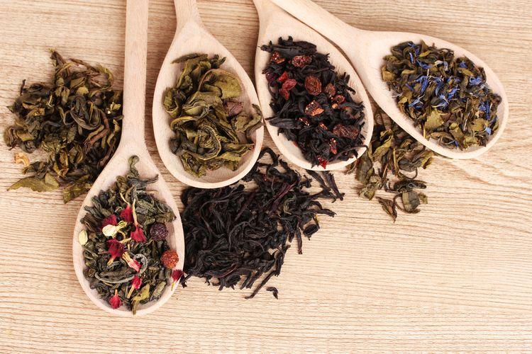 Rôzne druhy zeleného a čierneho čaju na drevených lyžiciach