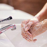 Ako si správne umývať ruky? Bez mydla to nepôjde