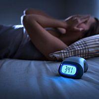 Melatonín na spánok aj v potravinách. Skúsenosti, návykovosť, cena
