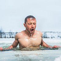 Otužovanie v zimnom období v ľadovej vode má výhody. Pozri postup