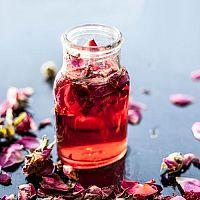 Prírodná ružová voda je najlepšia na pleť, akné, vrásky aj akné