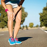 Bolesť pri behu – kolena, píšťaly, lýtka, členku aj brucha. Príčiny a riešenia