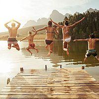 Letné kúpanie v jazerách a prírodných nádržiach – aké riziká na nás číhajú?