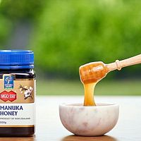 Manuka med na rany aj akné má dobré recenzie