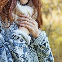 Studené nohy, ruky a ich tŕpnutie – príčiny a liečba. Pomôžu cviky aj lieky