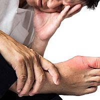 Zvýšená kyselina močová v krvi a kĺboch – príznaky a liečba