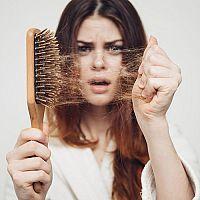 Príčiny vypadávania vlasov u žien nielen po pôrode. Čo spôsobuje rednutie vlasov?