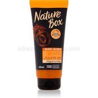Nature Box Apricot ošetrujúci telový peeling pre rozjasnenie a hydratáciu 200 ml