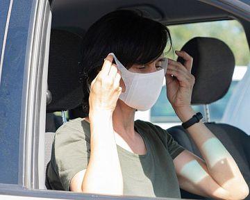 Koronavírus: Je potrebné používať ochranné rúško v aute?