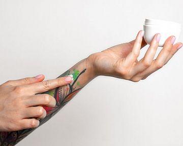 Starostlivosť o tetovanie: Pomôže indulona, kokosový olej alebo fólia na hojenie tetovania?
