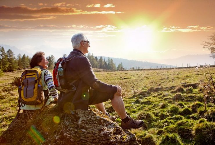 Aktívni seniori na turistike