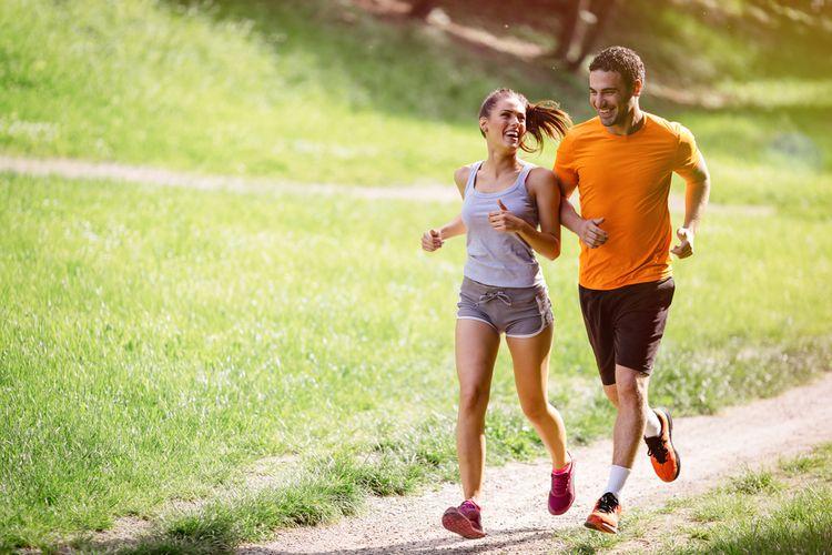 Muž a žena behajú v teréne