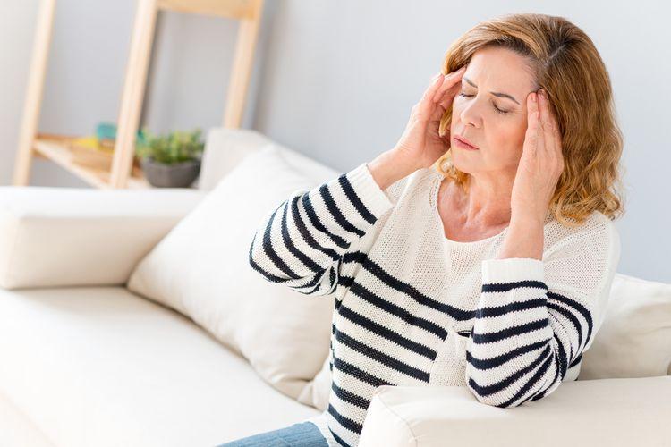 Žena s bolesťou hlavy - čo pomáha?