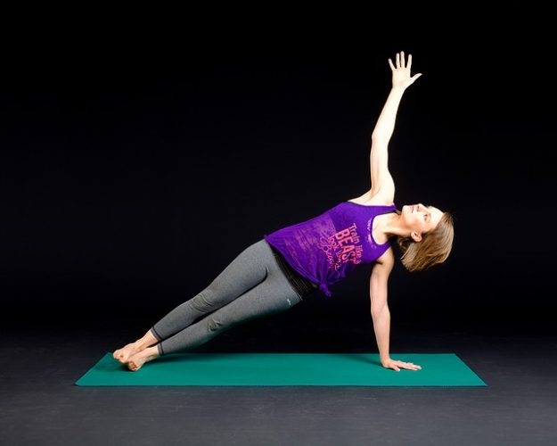 Cvičenie plank na karimatke