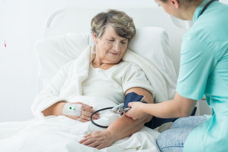 Meranie krvného tlaku seniorky