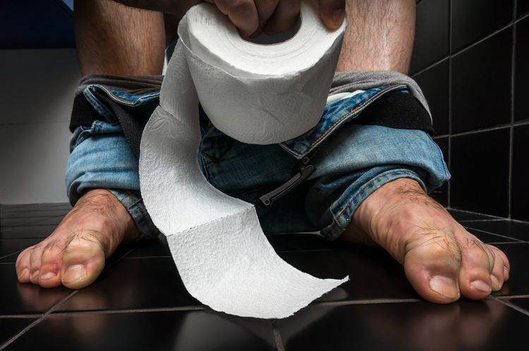 Muž s hnačkou na wc