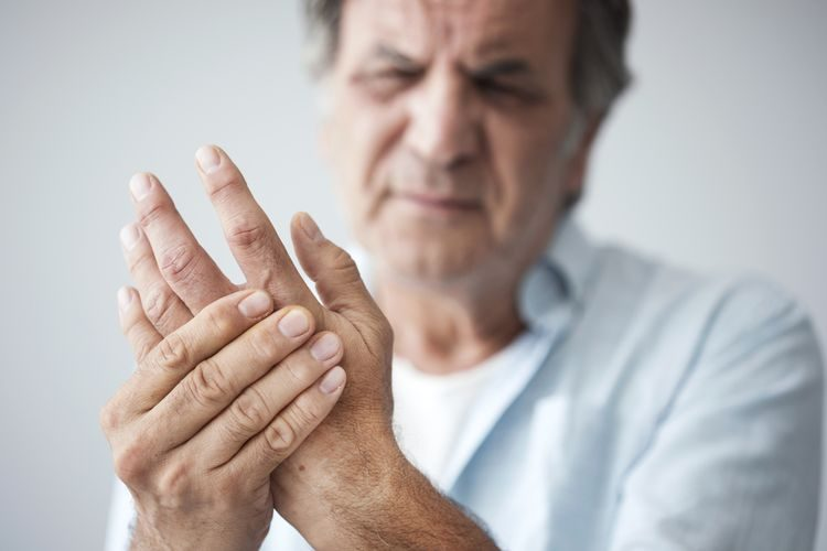 Reuma a reumatické bolesti u seniora