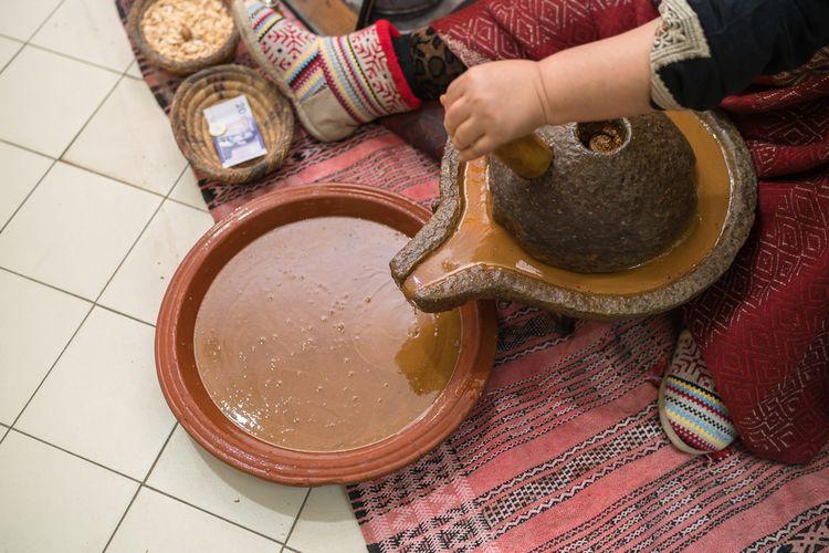Ručná výroba argánového oleja v Maroku